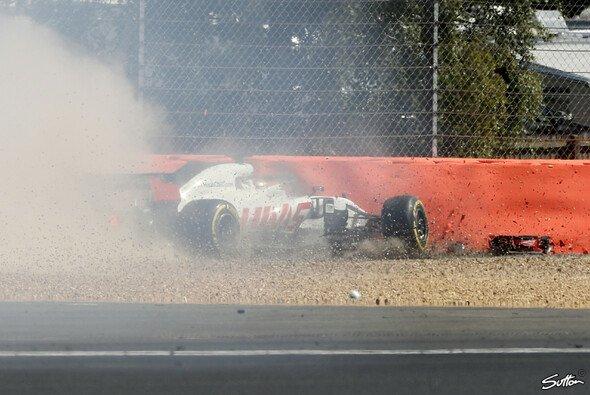Romain Grosjean flog im Silverstone-Training mit geöffnetem Heckflügel ab - Foto: Sutton