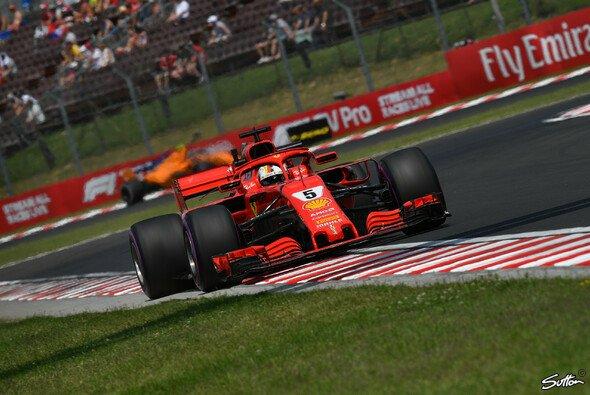Sebastian Vettel ließ sich am Freitag in Budapests nichts von Ferraris schwerer Woche anmerken - Foto: Sutton