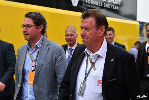 Verkehrsminister Scheuer mit AvD-Funktionär und Bodyguards - Foto: Sutton