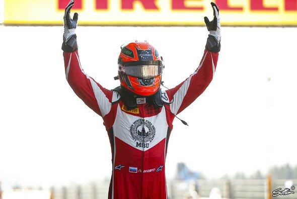 Nikita Mazepin feierte am Sonntag in Abu Dhabi den Sieg - Foto: Sutton