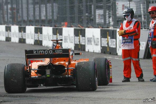 Fernando Alonso musste beim Formel-1-Rennen in Mexiko den McLaren nach einem unglücklichen Zwischenfall abstellen - Foto: Sutton
