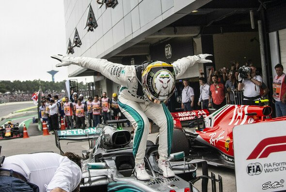 Party-Stimmung bei Mercedes nach Brasilien - Foto: Sutton