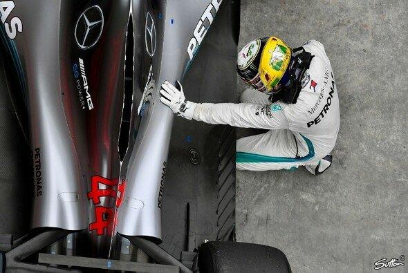 Lewis Hamilton kniet nach dem Zieleinlauf des Brasilien-GPs neben seinem Mercedes - Foto: Sutton