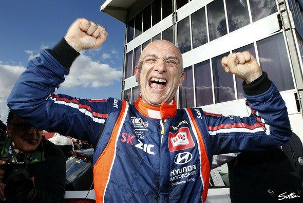 Gabriele Tarquini ist auch weiterhin der älteste FIA-Champion - Foto: Sutton