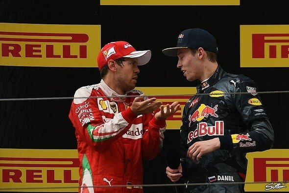 Sebastian Vettel und Daniil Kvyat diskutierten hitzig über Kurve eins - Foto: Sutton